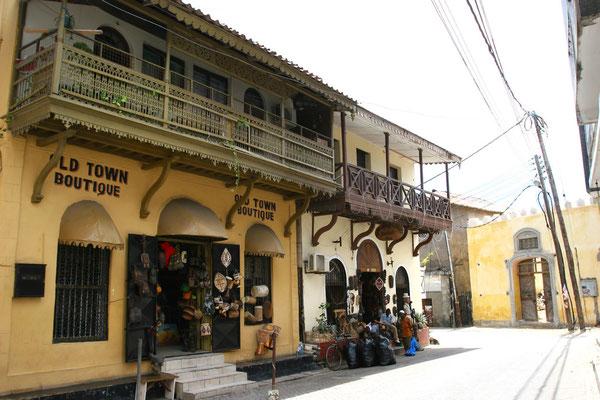 Durch die Gassen der arabischen Altstadt zwischen dem alten Hafen im Osten und Fort Jesus im Süden, hier das ehemalige Hauptpostamt