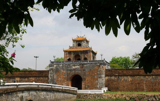 Umgeben von einer 10 km langen Mauer war sie ein eigener Staat in der Stadt mit Tempeln, Gärten und Palästen. Das wuchtige Mittagstor ist das Haupttor zur Stadt und durfte nur vom Kaiser genutzt werden.
