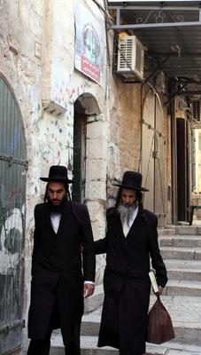 Zu den orthodoxen Juden bekennen sich etwa 16 % der Bevölkerung. Sie leben meist in eigenen Stadtvierteln. Jeglichen Kontakt zu Touristen lehen sie strikt ab, Hilfe darf man von denen nicht erwarten