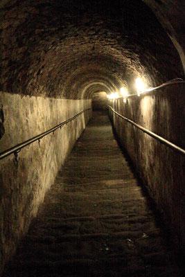 Treppenabgang zum Napoli Sotterranea, dem unterirdischen Neapel, einem 80 km langen Labyrinth von Tunneln, Zisternen und Vorratsräumen aus griechisch-römischer Zeit