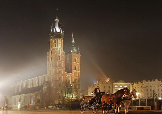 Die gotische Marienkirche wurde im 14. Jahrhundert am Rande des Marktplatzes errichtet. Ihre Hauptattraktion ist der weltweit größte Holzschnitzaltar, den der Nürnberger Meister Veit Stoß im 15. Jahrhundert schuf.