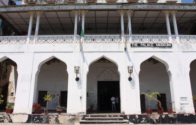 Peoples palace, ursprünglich erbau 1890 vom Sultan für sich und seine Frau, später Regierungsgebäude und heute Museum. Es ist aber auch das Haus einer großen tragischen Liebe.....