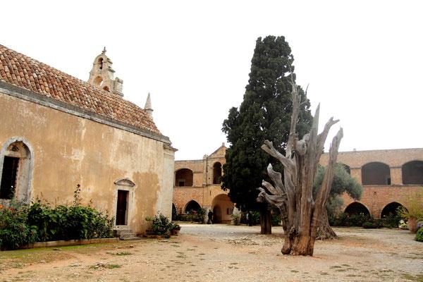 Die aufständische Kreter versammelten sich im November 1866 im Kloster. Am 8. November begannen die Türken das Kloster Arkadi zu stürmen.