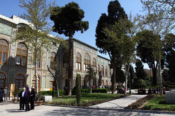 Im Zentrum der Stadt gelegen mitten in einer großen und wie überall sehr gepflegten Parkanlage liegt der unter UNESCO-Schutz stehende Golestan-Palast.