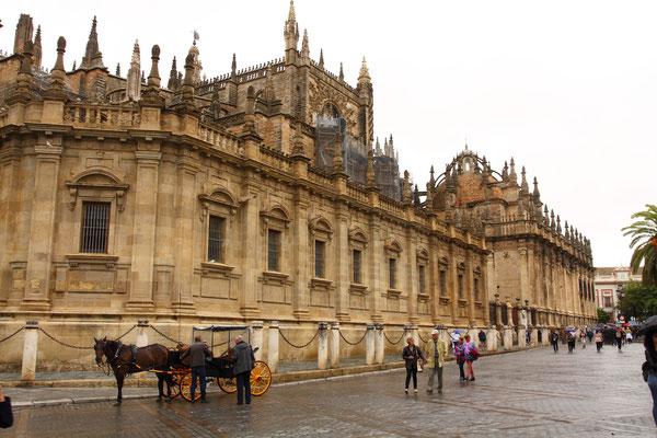 Der Bau der Kathedrale von Sevilla begann 1401 auf den Resten einer Almohadenmoschee. Sie zählt zu den größten Gotteshäusern der Welt.