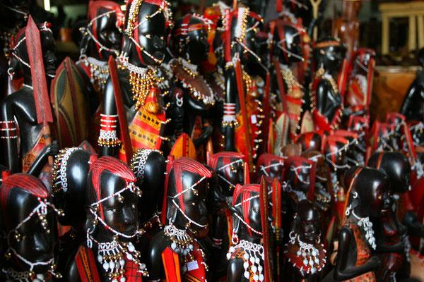 Armeen von Figuren warten auf Käufer