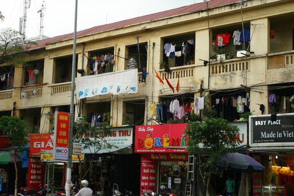 Slum-Wohnungen und Geschäfte in Gebäuden aus frühkommunistischer Zeit