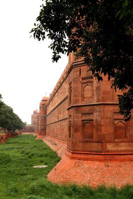 Mit seinen 2 km langen Mauern ist heute eines der meist-besuchtesten Sehenswürdigkeiten Indiens. Erbaut (zwischen 1639 – 1648)  für den Mogulkaiser Shah Jahan, galt dieses Bauwerk damals als kaiserliche Residenz, heute UNESCO-Weltkulturerbe