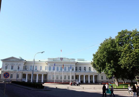Das monumentale Präsidentenpalais zeugt von der Geschichte als europäische Großmacht zwischen Ostsee und Schwarzem Meer, wovon es heute noch ein wenig zehrt. Danach Teil des Deutsche Reichs und schließlich wurde es Satellitenstaat zu Sowjetzeiten.