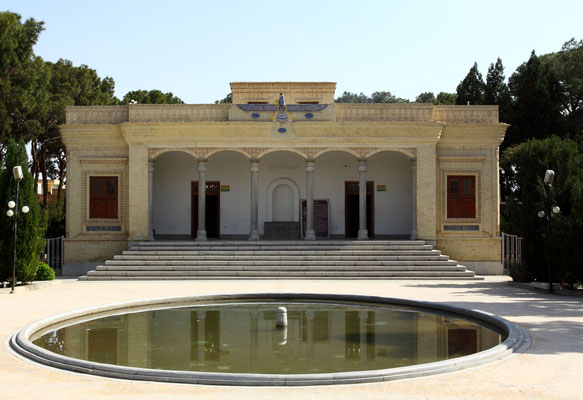 Yadz ist das religiöse Zentrum der Zoroastrier im Iran. Das moderne Feuerheiligtum der hier seit 1300 Jahren ansässigen Gemeinde.