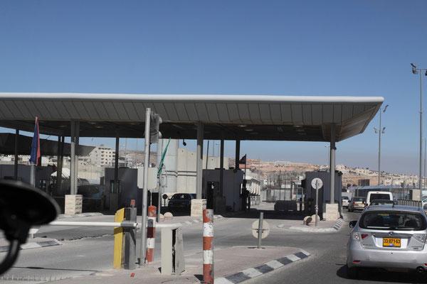 Checkpoint vor Jerusalem, wir als Touristen blieben trotz palästinensischem Fahrer immer unbehelligt, dass wäre wohl auch zu peinlich.