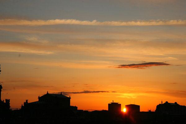 Die Semperoper im Sonnenunteruntergang