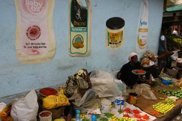 Schwarzhändlerinnen außerhalb des Marktes