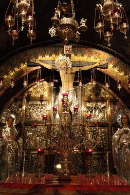 Rechts vom Eingang führt eine Treppe nach Golgatha. In der Kreuzigungskapelle über dem Altar die lebensgroßen Figuren von Jesus, Maria und Johannes