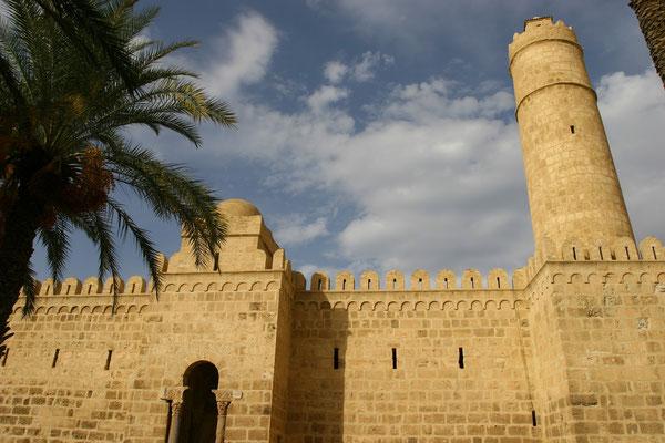 Unter den Aghlabiden entstand der Ribat (821). Die Festung von Sousse, der nach der Errichtung der Stadtmauer im Jahre 859 seine militärische Funktion allmählich verloren hat. Die Anlage diente dann als Speicher.