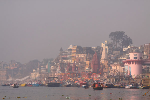 Varanasi-die Stadt der Ewigkeit. Die heiligste Stadt dieses 1,3 Milliarden-Volkes und daher der berühmteste Wallfahrtsort Indiens.