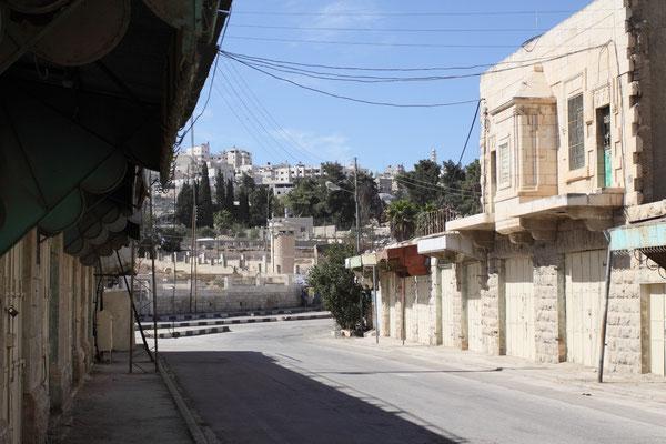 In H2 30.000 Palästinenser und 500 fanatische Juden, die von 1.500 israelischen Soldaten beschützt werden. So sind Teile der Stadt zur Geisterstadt verkommen.