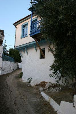 Der Weg durch das Dorf windet sich den Berg hinauf, gesäumt von vielen alten Häusern