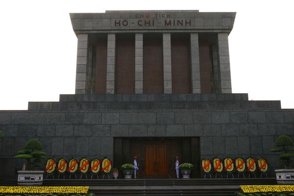 Im Inneren der Glassarkophag mit seinen sterblichen Überresten, auf dem Platz davor hatte er am 02.Sept. 1945 die Unabhängigkeit Vietnams erklärt