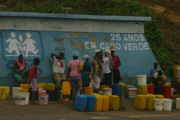 Wasser ist kostbar und wird mühsam meist mit Eseln über lange Transportwege herbeigeschafft