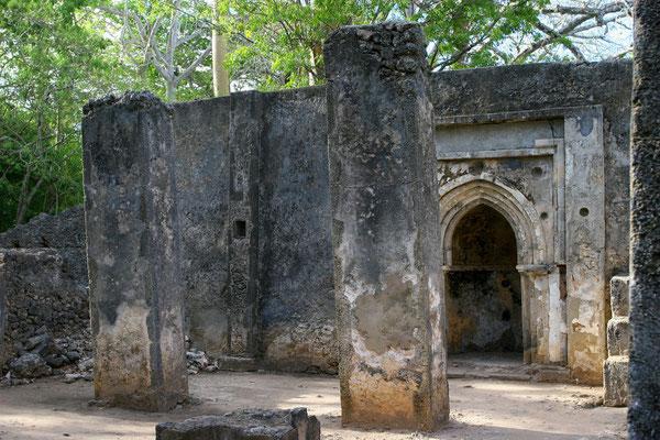 Wahrscheinlich wurde sie Ende des 13. Jhdts. gegründet, im dichten Dschungel entdeckt man die Überreste eines prächtigen Palastes, Moscheen und Häuser