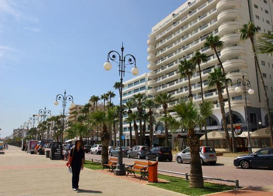Larnaka-im Gegensatz zu Agia Napa eine lebhafte, gewachsene Stadt mit schöner Uferpromenade, unzähligen Straßencafes und Restaurants, die südländische Atmosphäre versprühen.