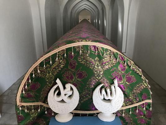 Der Kenotaph des Fürsten, der längste der Welt, wurde durch die Sowjets, die im Inneren einen Schatz vermuteten, stark beschädigt und inzwischen wieder restauriert.