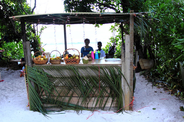 Entlang der Strecken findet man überall kleine Strandbars, die einem Kokusnüsse und auch Hochprozentiges verkaufen.