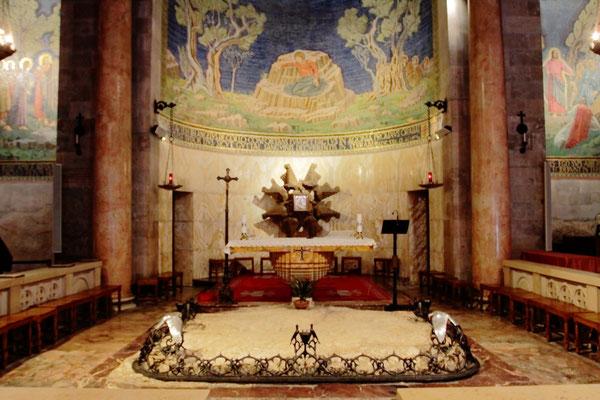 """Jesus Christus hat im Bewusstsein seines bevorstehenden Leidens hier (früher noch Bestandteil des Garten Gethsemane) in Todesangst gebetet, bevor er von Judas an die Römer verraten wurde. Daher wird dieser Bau auch """"Todesangstbasilika"""" genannt."""