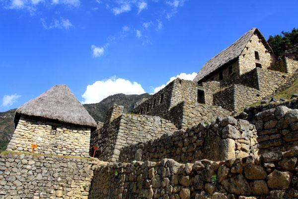 """Da durch Machu Picchu gleich zwei Erdverwerfungslinien laufen und die Anlage genau dazwischen liegt, haben die Erbauer die Quader der Häuser deshalb auch als """"tanzende Steine"""" konzipiert. Sie bewegen sich bei einem Erdbeben im Rhythmus der Erdbewegung."""