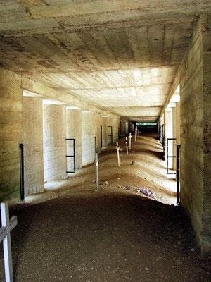 Tranchee des Bajonettes - Der Bajonettgraben zu Ehren des 137. französischen Infantrieregimentes, welches nach massivem deutschen Beschuss verschüttet wurde; nur durch die Spitzen der aufgepflanzten Bajonette wurden die gefallenen Soldaten entdeckt