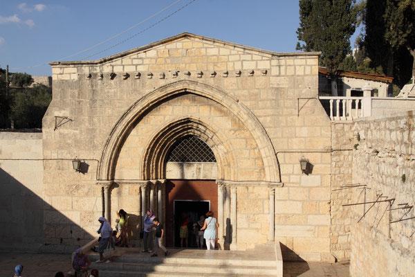 Das Mariengrab im Kidrontal bei Jerusalem wird nach altkirchlicher Tradition als die Grabstätte von Maria, der Mutter Jesu angesehen. Das Grab liegt am Fuße des Ölberges im Kidrontal
