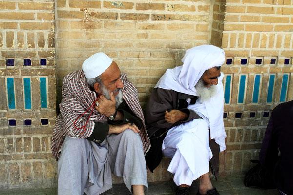 Afghanis während einer wundersamen Begegnung...