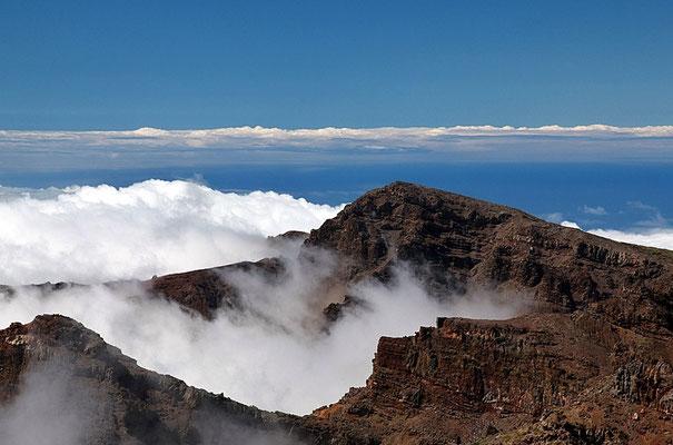 """größter Senkkrater der Welt. Er wird von teilweise über 2000 Meter hohen Felswänden flankiert. Nach Westen zum Atlantik hin hat sich eine beeindruckende Schlucht gebildet, der """"Barranco de las Angustias"""", Schlucht der Todesängste"""