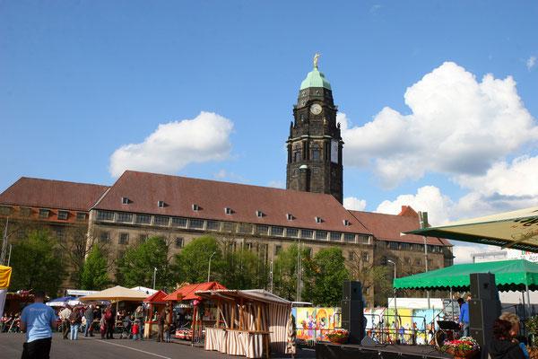 Das neue Rathaus am Altmarkt mit Rathausturm, auf dem sich 16 übergroße Sandsteinfiguren befinden, die die 16 Tugenden darstellen