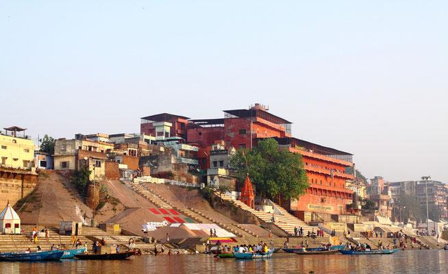 Varanasi ist der Ort, an welchem Shiva die Bitten der Gläubigen hört, das religiöse Zentrum aller Hindus.  So ist diese Stadt des großen Shiva eine Stadt der Tempel und Klöster. 1500 große und kleine Tempel gibt es