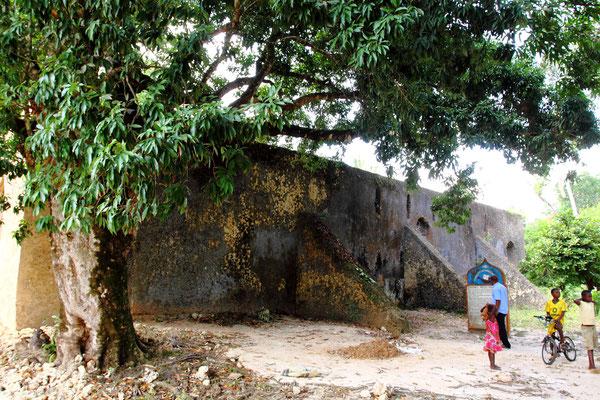 Der Palast von Dunga wurde erbaut um 1850 während der Regierungszeit von Mwinyi Mkuu. Der Legende nach wurden während der Errichtung des Palastes viele Sklaven getötet und das Blut der Getöteten dem Mörtel beigemengt um dem Haus Glück zu bringen.