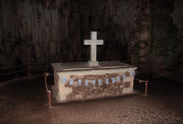 Widerstandskämpfer gegen die türkische Besatzung versteckten sich im Jahr 1824 in den Höhlenräumen von Melidoni. Die türkischen Besatzer legten am Eingang Feuer, um die Menschen  zu ersticken. 340 Männer, Frauen und Kinder starben qualvoll.