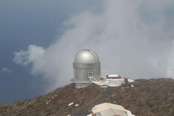 In ca. 2400 Metern Höhe befindet sich das Institutsgelände des Roque-de-los-Muchachos-Observatoriums. Hier kommt neben weiteren großen Geräten das bislang weltweit größte Spiegelteleskop mit einem Spiegeldurchmesser von 10,4 m zum Einsatz