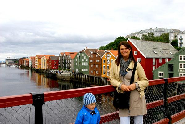 mit Blick auf den Stadtteil Bakklandet mit seinen hübschen Holzhäusern