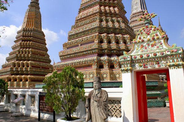 Die schönste Tempelanlage Bangkoks direkt gegenüber dem Königspalast und dem Wat Phra Kheo.  Erbaut ab 1789  45m langer, liegender Buddha
