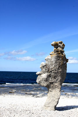 Wie die Reste einer alten Hochkultur ragen die Felsformationen der Langhammars aus dem Wasser.