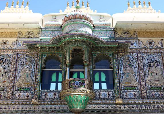 Auf einem kompakten fensterlosen Fundament erheben sich mehrere Etagen mit reich verzierten Balkonen sowie zierliche Türme.