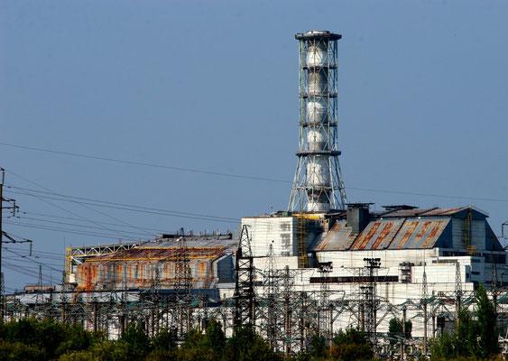 Der Unfallreaktor mit verrostetem und löchrigem Sarkophag, links im Bild der havarierte Block 4