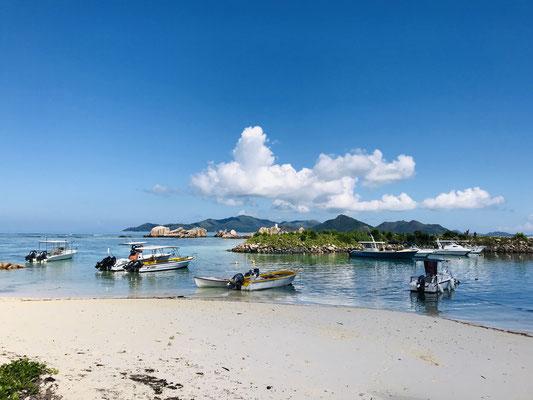Nach ungefähr 20 Minuten erreicht man mit der Fähre die kleine Insel La Digue, die als schönste Insel der Seychellen bezeichnet wird.