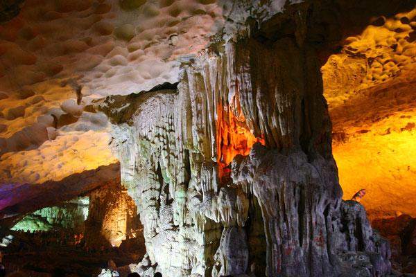 """Zur Schönheit der Bucht tragen weiterhin Tropfsteinhöhlen bei, wie hier die Hang Dau Go, die """"Holzstangenhöhle"""""""