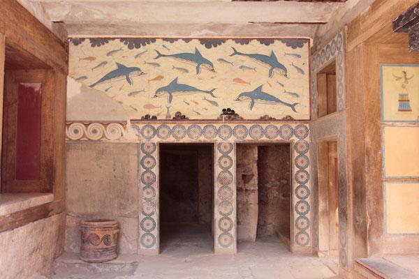 Seit der Entdeckung Ende des 19. Jahrhunderts ist der Palast von Knossos weltbekannt. Das Delphinfresko ist nur Wandmalerei, die Fragmente des Originals befinden sich im archäologischen Museum.
