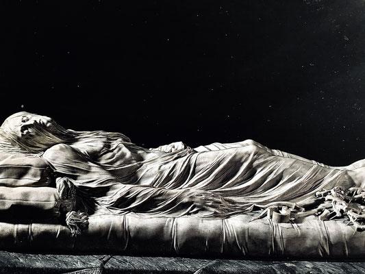 Der neapolitanische Totenkult findet in der kleinen aber feinen Rokokokapelle des Fürsten und Alchimisten di Sangro einen Höhepunkt im marmorverschleierten Leichnams Christi