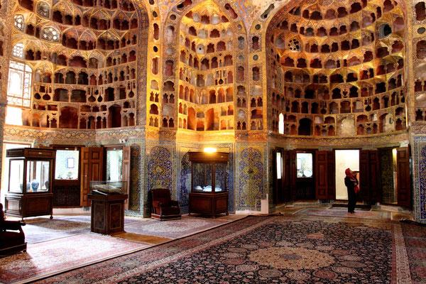 Der gesamte Komplex ist der Liste der UNESCO-Weltkulturerbe hinzugefügt, wie auch der Festsaal Chini Khaneh, ein überkuppelter Bau mit einzigartigen Nischenverschalung aus Gips, in denen früher Gefäße für Feste untergebracht waren.