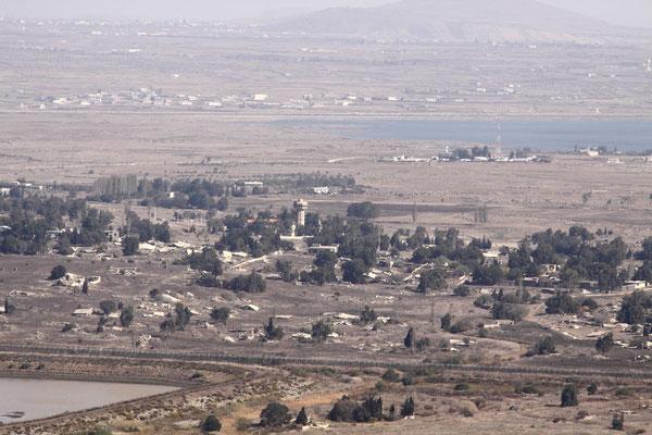 Blick auf ein zerstörtes syrisches Dorf